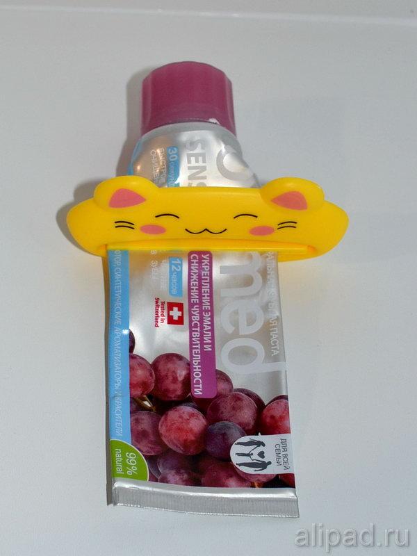 Выжималка надета на тюбик зубной пасты